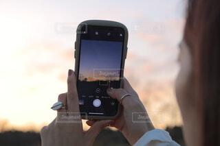 映す夕日の写真・画像素材[4943880]
