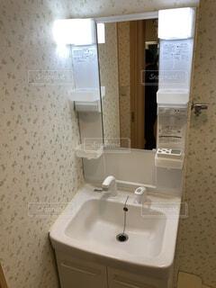 流しと鏡の写真・画像素材[4944977]
