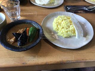 木製のテーブルの上に食べ物の皿の写真・画像素材[4945750]