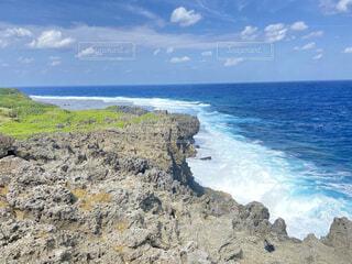 水の体の隣にある岩場の写真・画像素材[4946126]