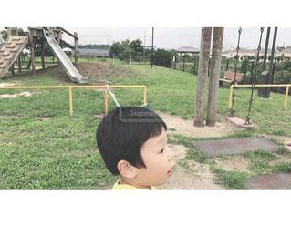 公園,ブランコ,レトロ,横顔,すべり台,ナチュラル,フィルム,男の子,雰囲気,草むら,フィルム写真,温もり,温かみ,曇りの日,フィルム調,フィルムフォト