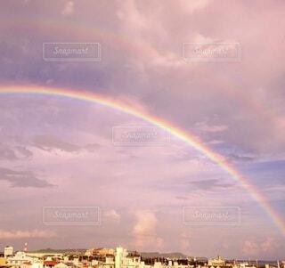 空にかかる二重虹の写真・画像素材[4948911]
