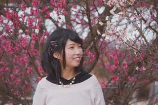 花の前に立っている女性の写真・画像素材[888257]