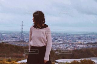 山の上に立っている人の写真・画像素材[1016663]