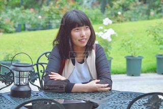 テーブルに座っている女性の写真・画像素材[1261678]