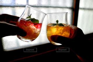屋内,ジュース,手,グラス,乾杯,ソーダ,ドリンク,グラデーション,手元,ソフトド リンク