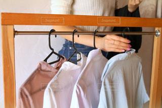 女性,夏,屋内,日常,洋服,ハンガー,人,生活,ライフスタイル,収納,衣替え,整理整頓,トップス