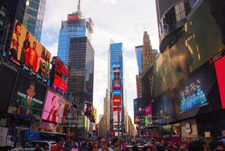忙しい都市のタイムズ ・ スクエア バック グラウンドで通りを歩く人々 のグループの写真・画像素材[997915]