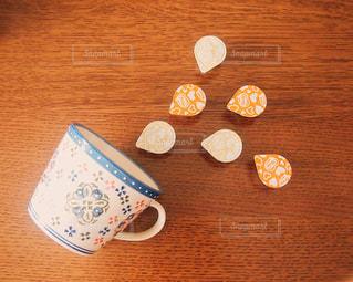 テーブルの上のケーキの一部の写真・画像素材[1252314]
