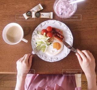 木製のテーブルの上に食べ物のプレートの写真・画像素材[1286172]