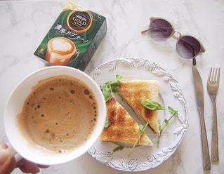食品とコーヒーのカップのプレートの写真・画像素材[1301717]
