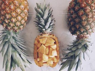 テーブルの上のパイナップルの写真・画像素材[1838202]