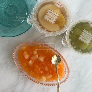 テーブルの上の食べ物の皿の写真・画像素材[2711225]