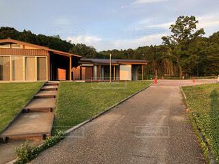 家の側に草のある空の道の写真・画像素材[4953601]