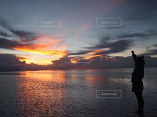 水の体の横に立っている人 - No.958721