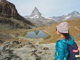 山の前に立っている人の写真・画像素材[2216812]