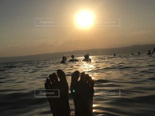 水域の隣に立つ人の写真・画像素材[2861830]