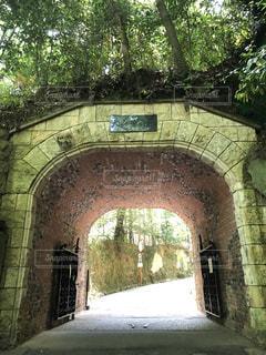 背景の橋は、石造りの建物の写真・画像素材[1195504]