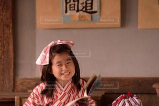 カメラに向かって笑みを浮かべて少女の写真・画像素材[1036072]