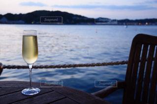 水の体の横にグラスワイン - No.785996