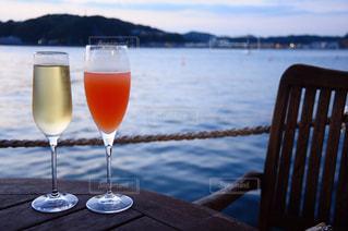 木製テーブルの上に座っているグラスワイン - No.785999
