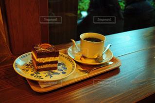 木製テーブルの上のコーヒー カップ - No.786146