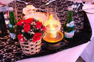 テーブルの上にワインのボトルの写真・画像素材[786231]