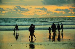 ビーチの上を歩く人々 のグループ - No.786234