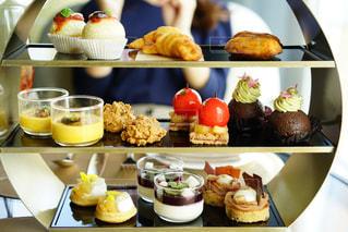テーブルの上に食べ物の束の写真・画像素材[799720]