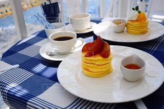 食品やコーヒー テーブルの上のカップのプレートの写真・画像素材[799752]