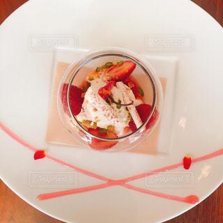テーブルの上に座って赤と白のプレート - No.799793