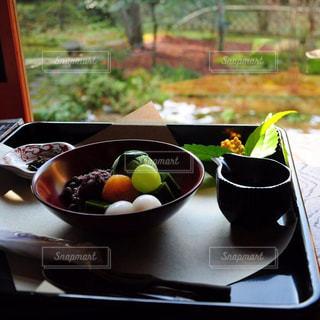 テーブルの上に食べ物のボウルの写真・画像素材[799819]