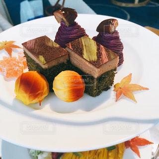 皿の上のケーキのスライスの写真・画像素材[799822]