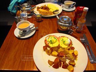 木製のテーブル、板の上に食べ物のプレートをトッピング - No.822272