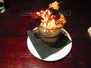 テーブルの上に食べ物のプレートの写真・画像素材[822322]