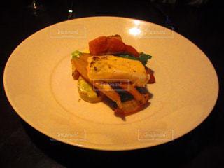 テーブルの上に食べ物のプレート - No.822328