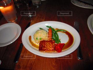 テーブルの上に食べ物のプレート - No.822339