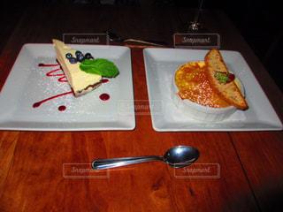 テーブルの上に食べ物のプレート - No.822340
