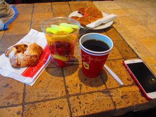テーブルの上のコーヒー カップ - No.822367