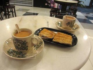 テーブルの上のコーヒー カップ - No.822386