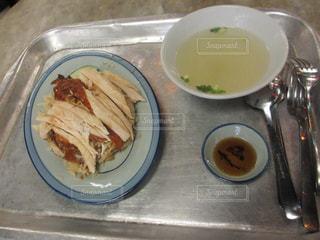 テーブルの上に食べ物のボウルの写真・画像素材[822395]