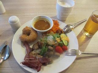 テーブルの上に食べ物のプレート - No.822405