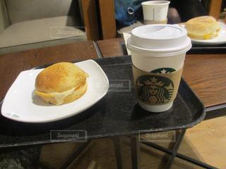 食品やコーヒー テーブルの上のカップのプレート - No.822441