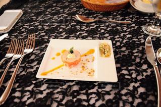 テーブルの上の皿にケーキの写真・画像素材[822459]