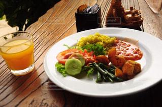 テーブルの上に食べ物のプレート - No.823089