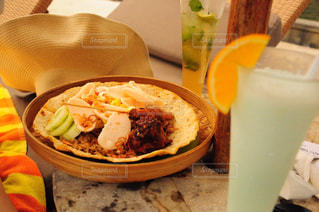 テーブルの上に食べ物のボウルの写真・画像素材[823090]