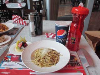 テーブルの上に食べ物のプレートの写真・画像素材[823094]