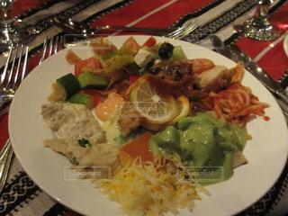 テーブルの上に食べ物のプレートの写真・画像素材[823100]