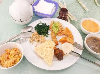 テーブルの上に食べ物のプレート - No.823107