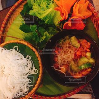 テーブルの上に食べ物のボウル - No.823629